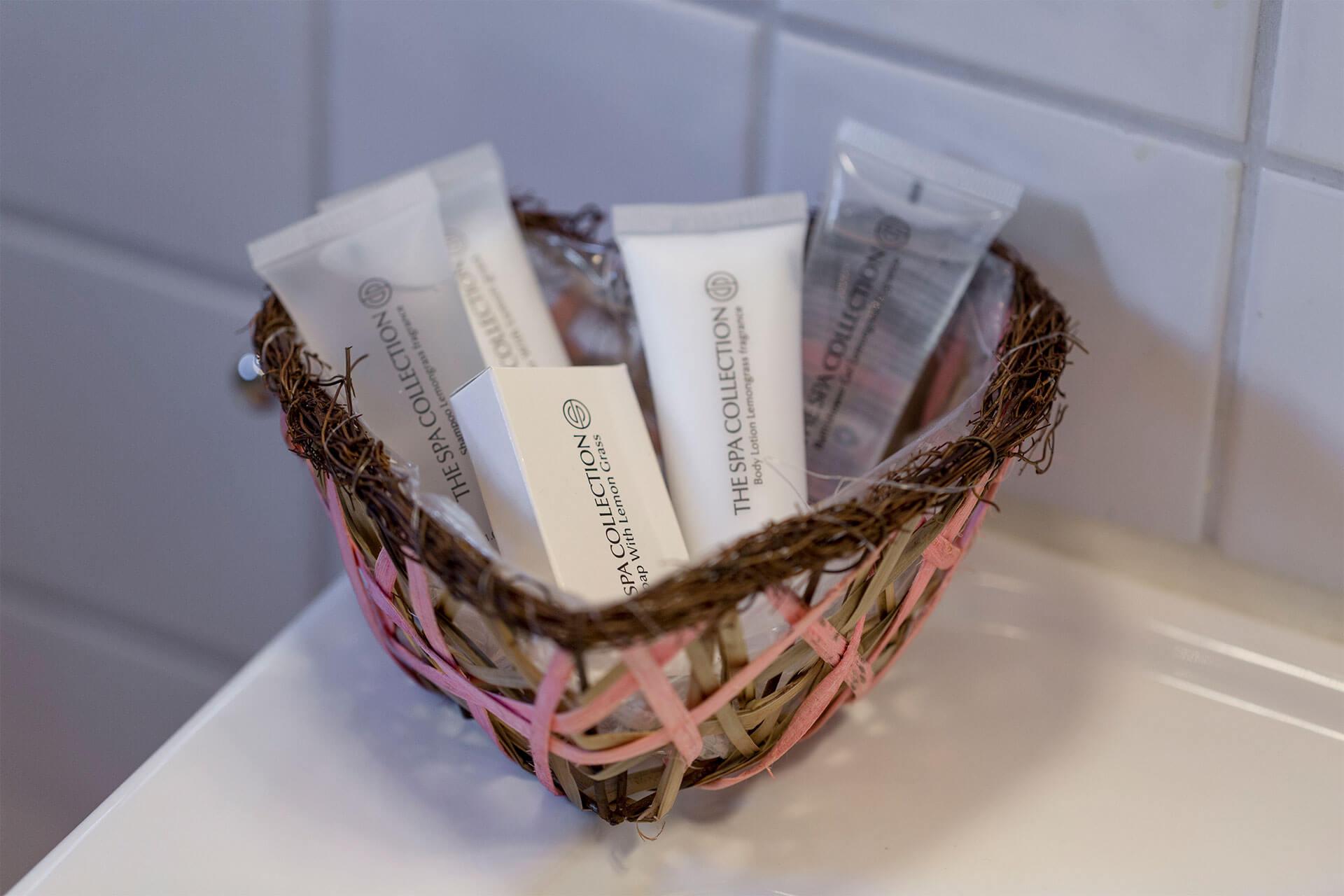 Körbchen mit Seife, Bodylotion, Duschgel und Shampoo
