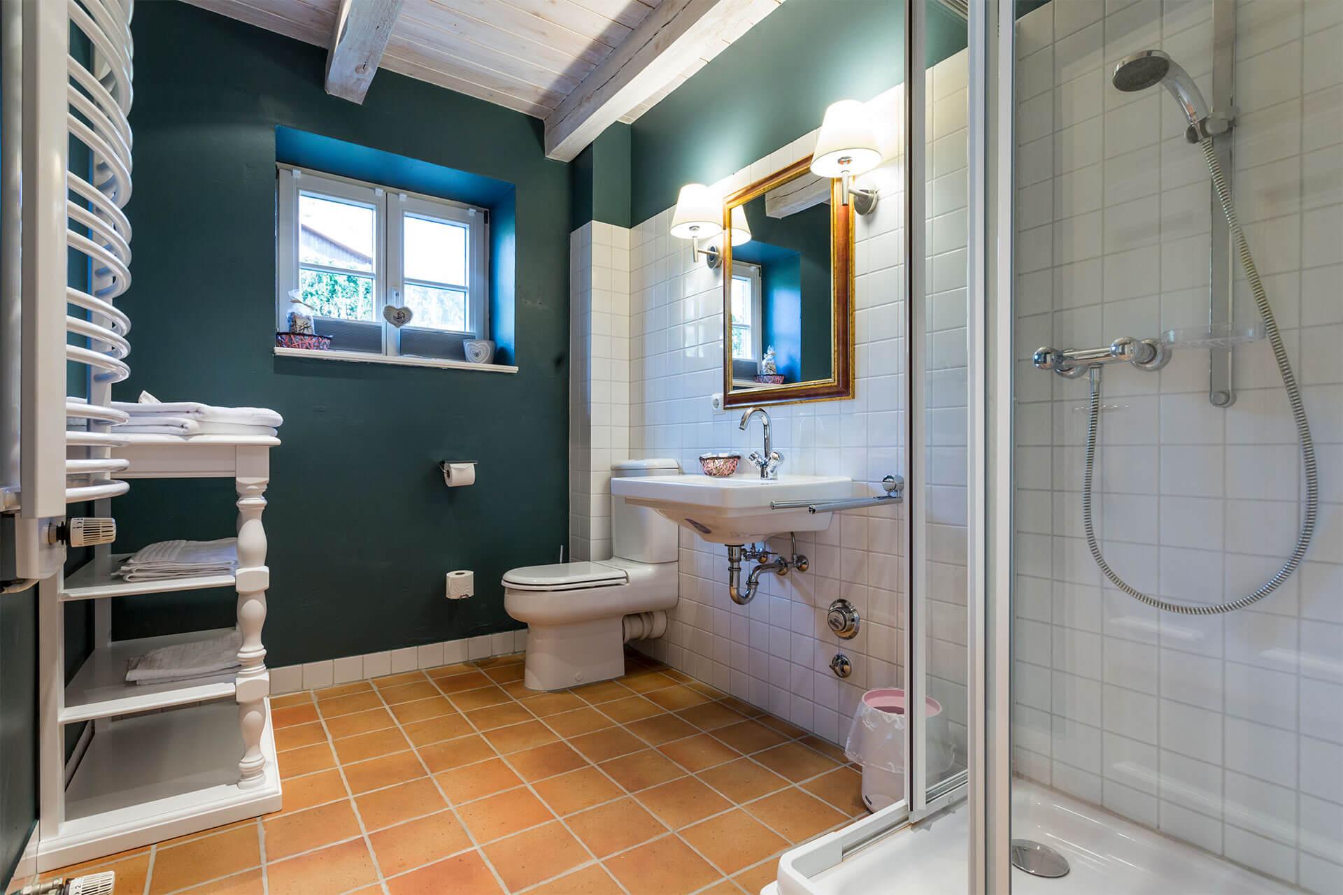 Badezimmer mit Fußbodenheizung und Glasduschkabine