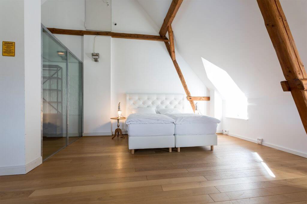 Schlafzimmer mit Galerie in Caretina auf dem Heinshof