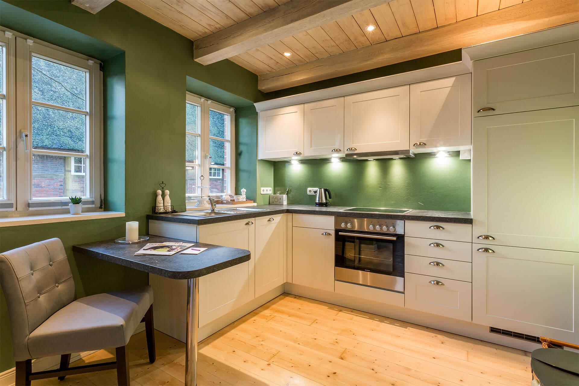Tisch und Schränke der weißen Küche
