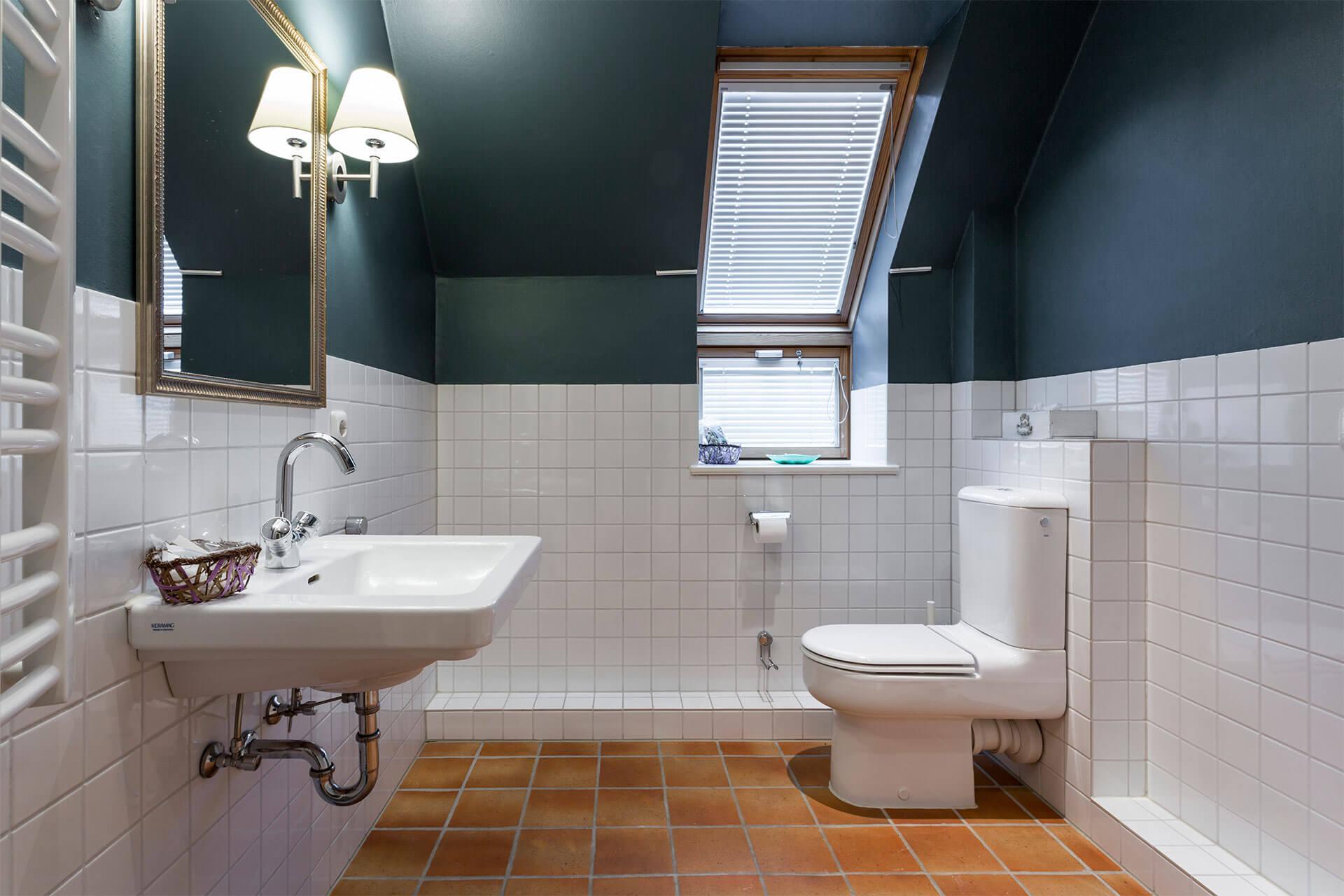 Das Badezimmer mit Terrafliese und schöner Ambientebeleuchtung