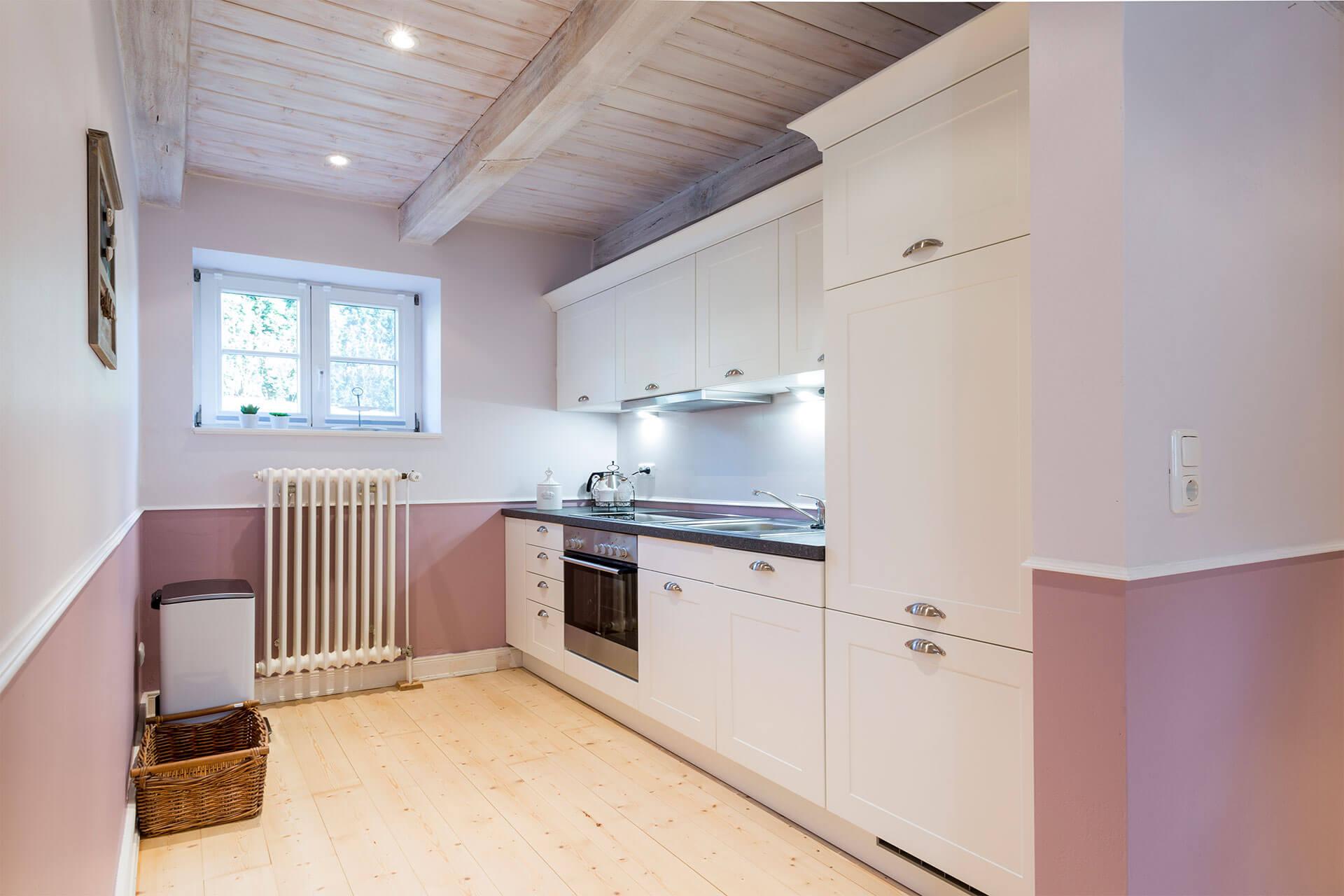 Eine weiße Landhausküche