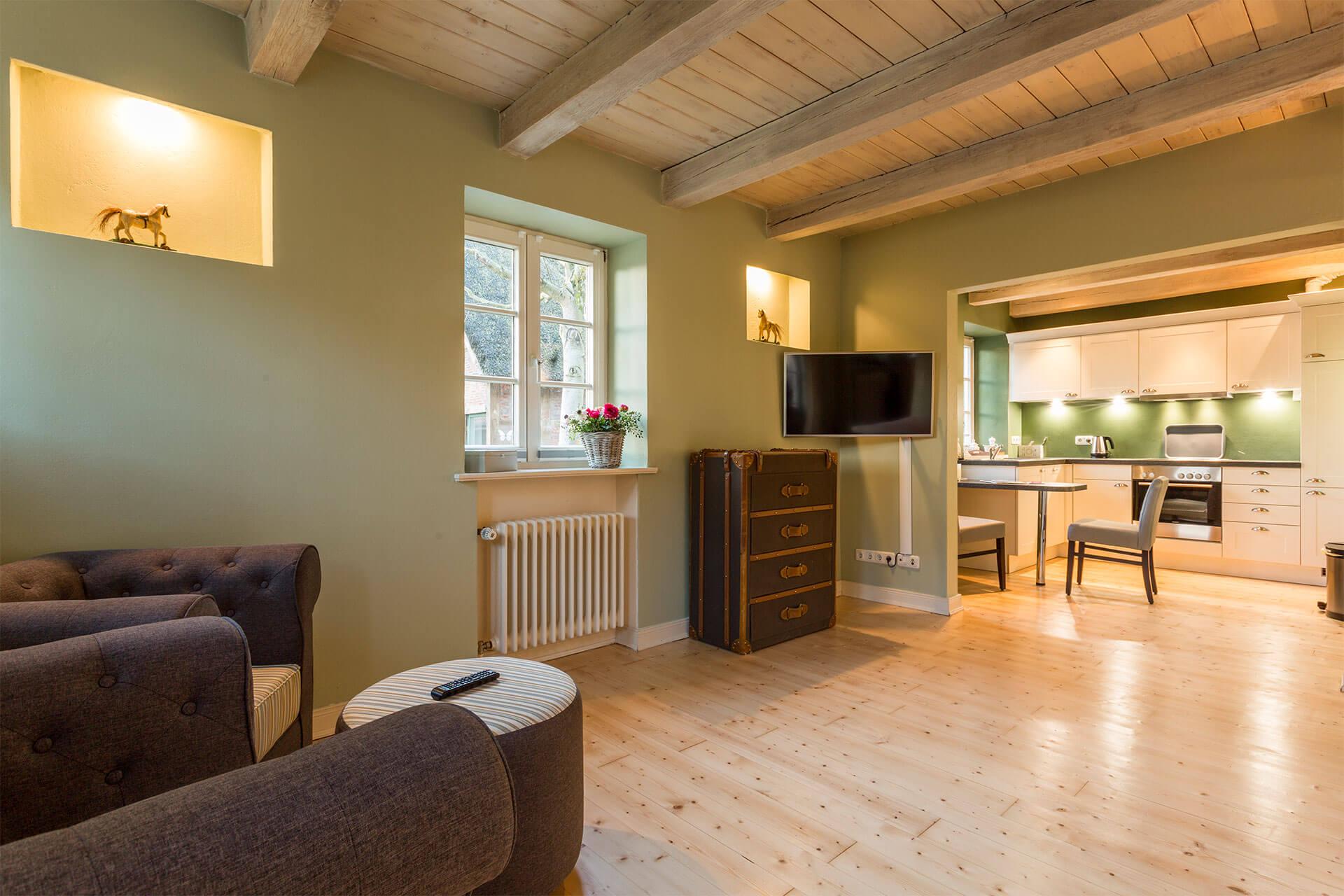 Sitzgruppe mit Design Möbel und Ausblick auf Hofstelle