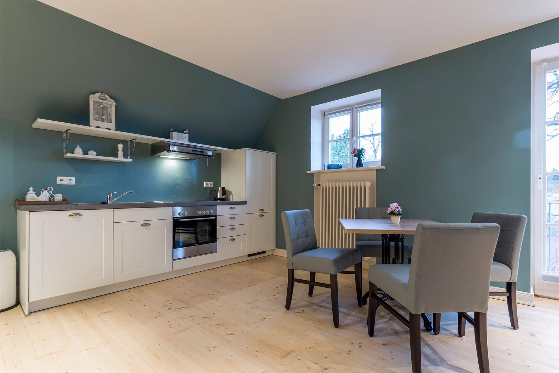 Essbereich und offene weiße Küche