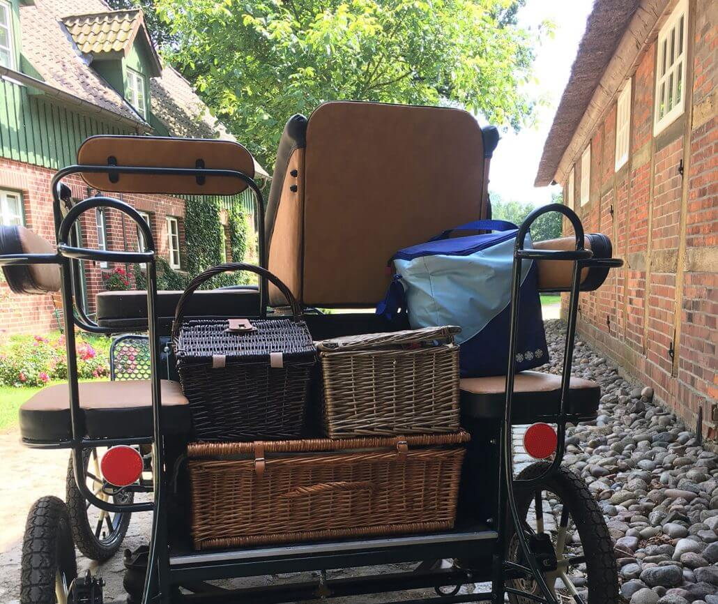 Pony carriage with four picknick baskets