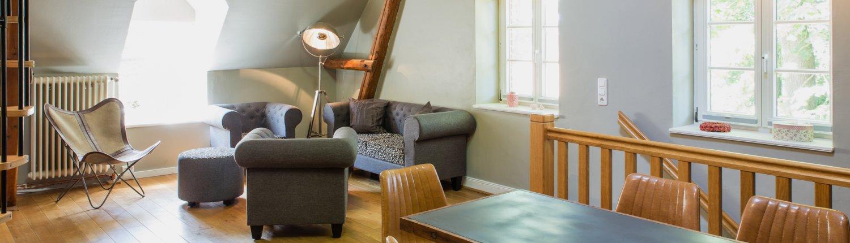 Sitzgelegenheiten im Wohnzimmer der Ferienwohnung Caretina