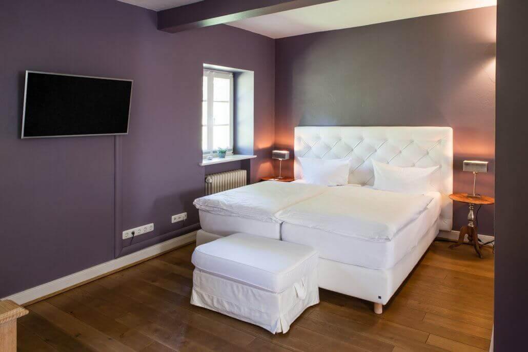 Ein frisch mit weißer Bettwäsche bezogenes Bett