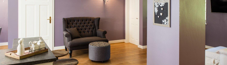 Eichendielen mit Barhockern, Sofa und Fußhocker